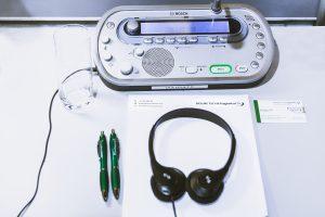 Dolmetscheranlage mieten für Konferenzen, Kongress, Messen . Simultanübersetzungen durch Dolmetscher in einer Kabine
